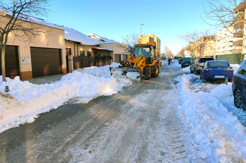 Excavadora de Jarama ayudando a despejar una carretera en Rivas bloqueada por la nieve