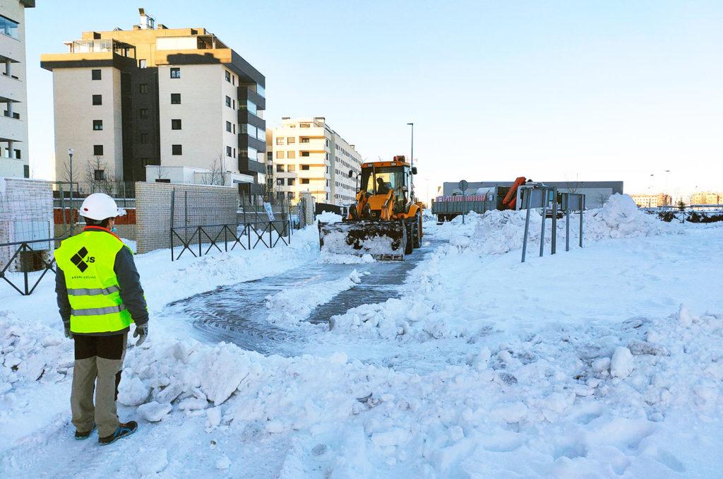 Equipo de Jarama ayudando a retirar nieve