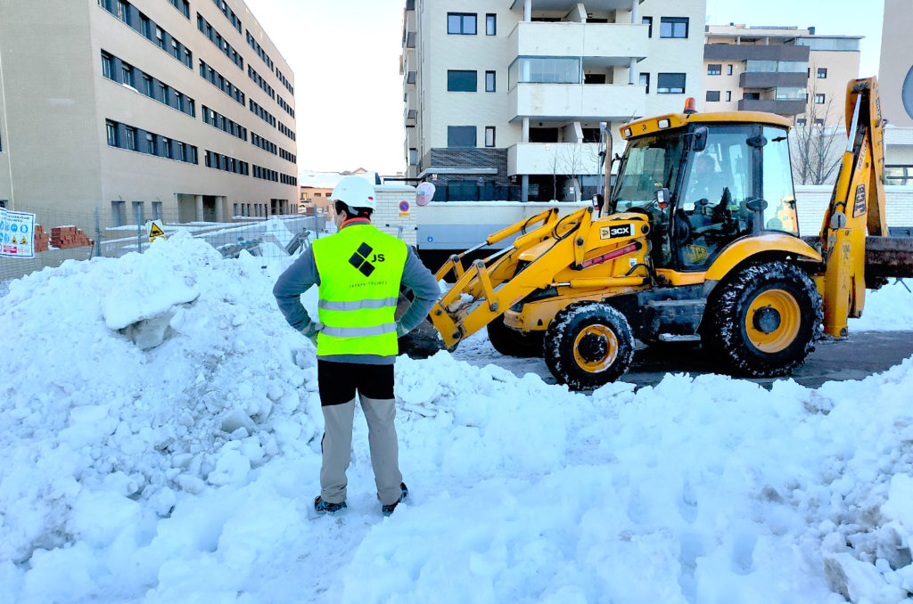 Operario de Jarama supervisando el trabajo de retirada de nieve en Rivas