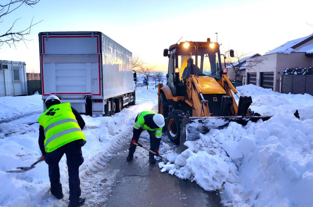 El equipo de construcción de Jarama ayudando a retirar la nieve que ha dejado la borrasca Filomena