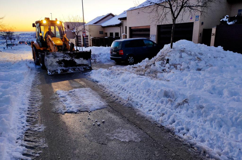 Excavadora de Jarama retira nieve de una calle de Rivas